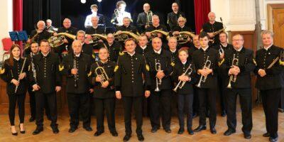 Na zdjęciu Chorzowski Brass Band stoi w strojach górniczych, trzymając instrumenty w rękach