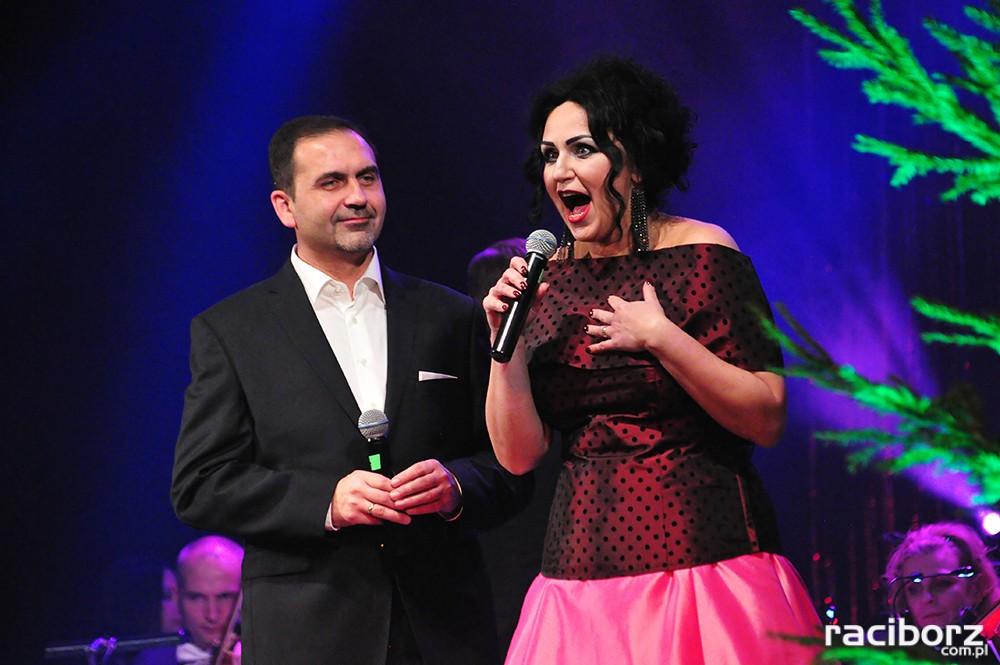 soliści operetkowi Olivia Ohl-Szulik i Ireneusz Miczka podczas koncertu, w strojach galowych.
