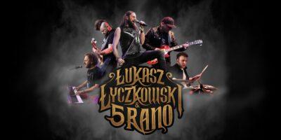 Na grafitowym tle członkowie zespołu Łukasz Łyczkowski i 5 Rano. Zółty napis z nazwą zespołu.