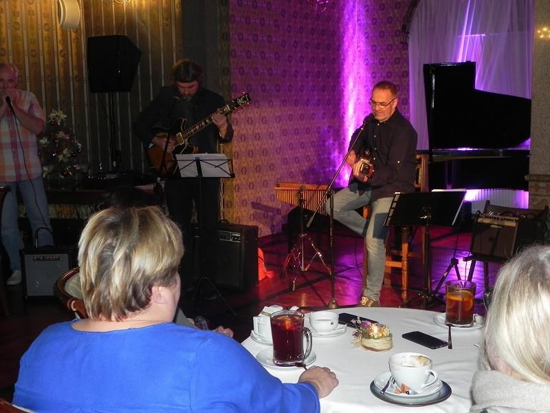 Ludzie z pasją. Przedstawia pana Eugeniusza Szwarcera grającego na gitarze z przyjaciółmi - w Willi Fitznera.