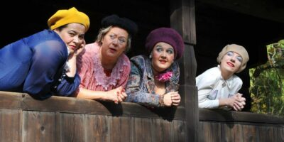 Na zdjęciu cztery aktorki z kabaretu Moherowe Berety, ubrane w kolorowe stroje i moherowe berety