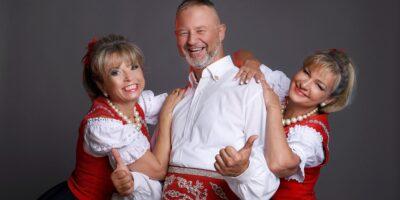 Na zdjęciu Mirek Jędrowski i jego dwie tancerki. Wszyscy ubrani w ludowe stroje.