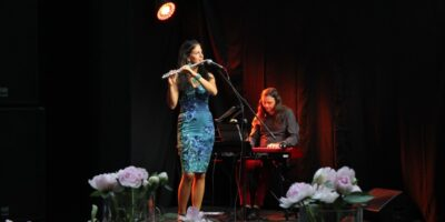 Maria Kudełka-Gonet grająca na flecie poprzecznym oraz Grzegorz Kasperczyk grający na instrumencie klawiszowym.