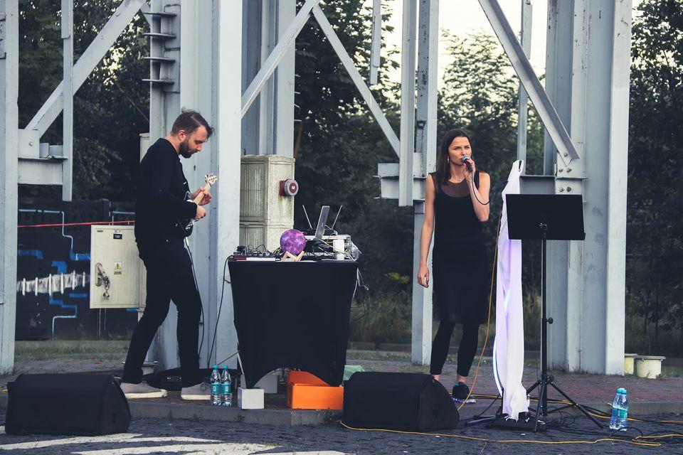 Na zdjęciu członkowie duetu The Party is Over. Ubrani na czarno występują pod szybem Kystyn, przy SCK-Parku Tradycji. Foto Monika Bilska