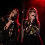 Na zdjęciu dwie dziewczyny śpiewające chórki w zespole Oberschlesien. W dłoniach trzymają mikrofony. Foto Monika Bilska