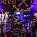 Na zdjęciu muzycy zespołu Bulwers podczas koncertu w ramach Rock Nocy, w siemianowickim amfiteatrze. W tle baner zespołu Oberschlesien. Foto Monika Bilska
