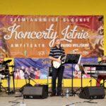 Na zdjęciu muzycy zespołu Eminence - Wokalista i gitarzysta, klawiszowiec oraz perkusista. Za nimi na żółtej ścianie wiszą dwa banery reklamujące imprezy. Foto Monika Bilska