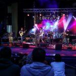 Na zdjęciu widok ogólny na fragment publiczności oraz scenę podczas koncertu Rock Noc. Na tle kolorowych świateł scenicznych gra zespół Bulwers. Foto Monika Bilska