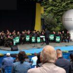 Na zdjęciu widok ogólny na scenę amfiteatru, na której znajduje się Górnicza Orkiestra Dęta z Bytomia. Na zdjęciu widać też część widowni.