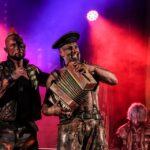 Na zdjęciu wokalista zespołu Oberschlesien oraz perkusista w kapitańskiej czapce, grający na akordeonie. Foto Monika Bilska