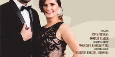 Plakat koncertu piosenki polskiej. Na plakacie soliści- kopbieta i mężczyzna w strojach galowych, patrzą prosto w obiektyw i usmiechają się