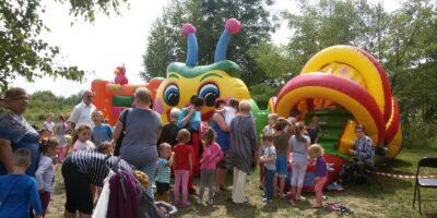 Kolorowe dmuchańce dla dzieci, a do nich długie kolejki chętnych osób z dziećmi