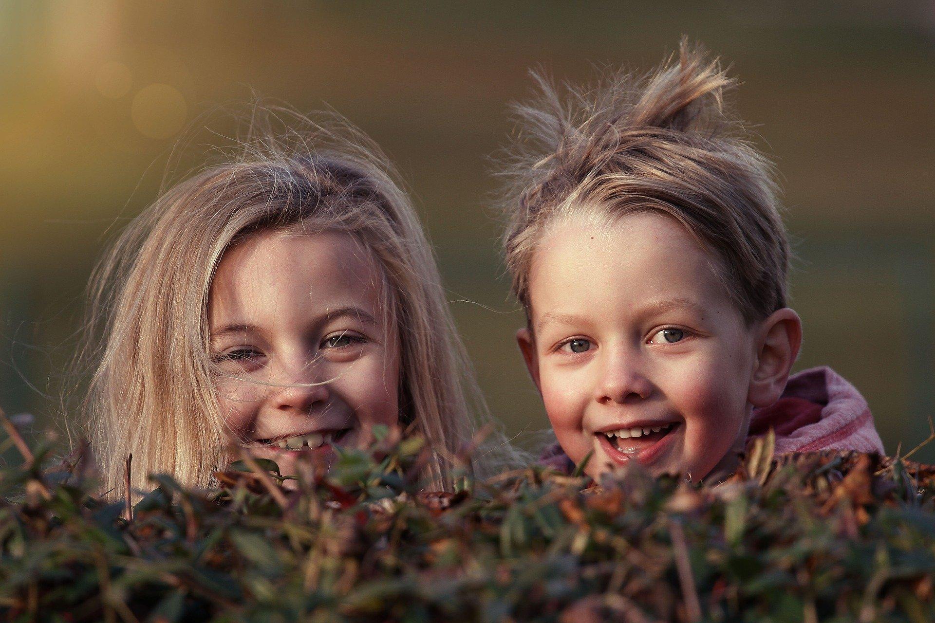 Zbliżenie na twarze dwojga jasnowłosych dzieci. chłopiec i dziewczynka