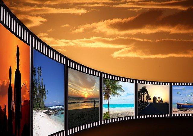 Grafika taśmy filmowej na tle nieba z zachodzącym Słońcem