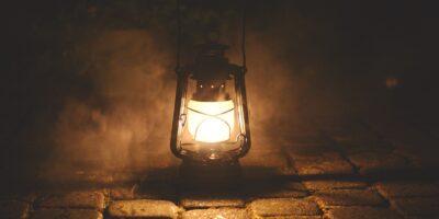 Oświetlona lampa naftowa na kostce brukowej