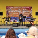 Na zdjęciu zespół Eminence, występujący na scenie amfiteatru w Siemianowicach. Widać również pierwsze rzędy publiczności. Foto Monika Bilska